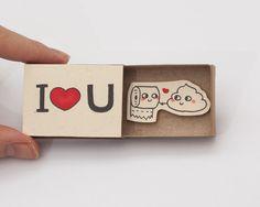 Quando foi a última vez que você enviou um cartão com mensagem? Provavelmente já faz um bom tempo. Se cartões já são bem simpáticos, imagine caixinhas de fósforo com mensagens fofas! Em tempos digi…