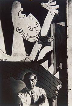 Picasso fotografato insieme ad uno dei suoi più grandi capolavori: Guernica (1937)