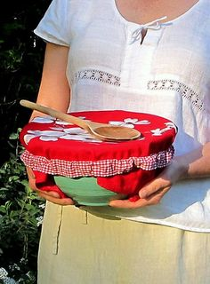 picnic bowl cover strap, so you can cover your bowls with dish towels. Sewing Tutorials, Sewing Hacks, Sewing Patterns, Sewing Tips, Sewing Ideas, Fabric Crafts, Sewing Crafts, Sewing Projects, Do It Yourself Design