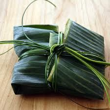 Banana leaf packaging - of only more people would use this instead of bloody plastic! Soap Packaging, Packaging Design, Tamales, Gift Wraping, Bali, Leaf Art, Food Waste, Food Styling, Sustainability