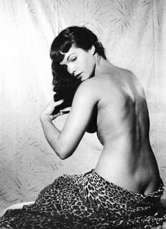 When Alberto Stellato sees the prints of sexy erotic pin-up Bettie Page in Alice Baker's apartment, he guesses it's more than the retro hair-cut that Alice is sporting. And he gets to find out just how kinky the sexy young mother is! Bettie Page, Louise Brooks, Divas, Black White Photos, Black And White, Pin Up Photos, Thing 1, Pin Up Models, Poses
