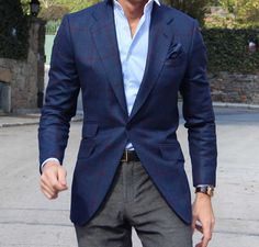 The gray trousers sets a suttle view along his legs, while the colourfull garments that grabs attention are places on his torse which leads eyes towards his face.