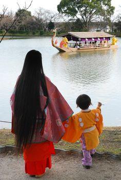 """紫の所縁 -大覚寺- """"Murasaki no Yukari"""" at an DAIKAKUJI in March 23, 2013. Look in back is """"龍頭船"""", Meaning of the Knji """"Dragon Head Ship""""."""