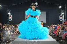Im Rahmen der MQ VIENNA FASHION WEEK zeigte Shooting-Star Niko Niko seine neueste Kollektion ANA, eine farbenprächtige Explosion, die ausschließlich von farbigen Models präsentiert wurde. 'First Face' war die großartige niederländische Musicaldarstellerin Ana Milva Gomes. Milva, Beyonce, Star Wars, Designer, Fashion Show, Crown, Models, Runway, Frame