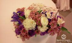 aranjament floral in cutie cu crizanteme, bujori, irisi, lalele, garoafe.