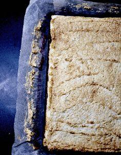 Recette Shortcake, confiture de framboise et meringue : Préparation : 25 mn > Cuisson : 35 mn Préchauffez le four sur th. 5-6/160°. Beurrez un moule rectangulaire (21 cm x 30 cm) et chemisez-le avec du papier sulfurisé. Dans le bol du robot muni du batteur plat, battez le beurre et le sucre jusq...