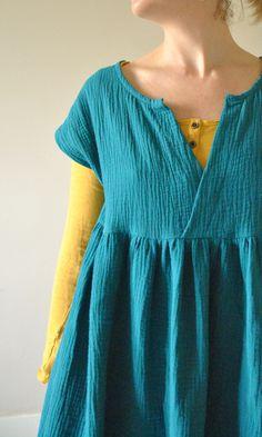 Patron : Vêtements simples et faciles au féminin Modèle :Robe froncée Taille : s Tissus : Double gaze – Tissus de la mine (49) Modifications : Aucunes… ah si j'ai rajouté des poches dan…