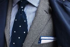Grey suit, blue striped shirt, navy polka dot tie, white pocket square with blue piping. Just a hint of pocket square, nice! Dapper Gentleman, Gentleman Style, Pochette Costume, White Pocket Square, Pocket Squares, Terno Slim, Classic Men, Classic Style, Style Anglais