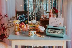 A fun retro Kitsch Wedding styled shoot with pretty pastel pink, and mint details Pastel Mint, Pretty Pastel, Mint Pink Wedding, Estilo Kitsch, Las Vegas, Kitsch Decor, Blog Planning, Wedding Sweets, Wedding Blog
