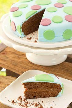 Torta de chocolate y dulce de leche con lunares de colores