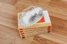 Lágrima de sinamay, con aplicación de perlas de cristal, bolas de metal, crin y conejo. Velo blanco.