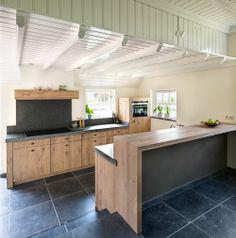 Landelijk moderne eiken keuken met zeer exclusieve houten laden en spoelbak in graniet | fronten: eiken white wash | werkblad: graniet, gefrijnde randafwerking #interieurstyling #interieurbouw #maatwerk #keuken #graniet #houtenladen #landelijk