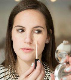 Chica maquillando un triángulo para cubrir las ojeras