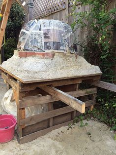 This easy-to-construct, DIY clay oven fires up quickly and stays hot for days. Cook dinner at night and bake bread in the morning with its stored heat. Oven Diy, Diy Pizza Oven, Pizza Oven Outdoor, Wood Fired Oven, Wood Fired Pizza, Bread Oven, Clay Oven, Diy Outdoor Kitchen, Mother Earth News