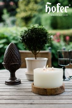 Den Gartentisch nett zu gestalten kann so einfach sein. Der 3-Docht Stumpen sieht auf jedem Gartentisch gut und besonders aus. Die Kerze gibt es sogar in verschiedenen Farben und kann passend zu den Blumen im Garten ausgewählt werden. Tea Lights, Candles, Simple, Flowers, Colors, Tea Light Candles, Candy, Candle Sticks, Candle
