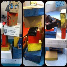 Esculturas al estilo Mondrian hechas con cajas recicladas pintadas por los niñ@S