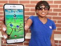 """Pokémon Go es un videojuego para celulares, disponible en iOS y Android. El objetivo del juego, como en cualquier otro videojuego de la saga, es capturar todos los Pokémon que puedas para vencer a los gimnasios (lugares donde """"entrenas"""" a tus Pokémon para hacerlos más fuertes) y a otros jugadores.Pero, ¿por qué es tan popular?Porque utilizando el GPS, el giroscopio y la cámara de tu smartphone el videojuego transforma tu entorno en el lugar donde se desarrolla toda la acción."""