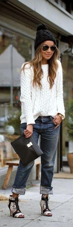 Dlaczego zawładnęły ulicami? Bo niemal wszystkie kobiety pokochały białe swetry i tworzą z nich przeróżne stylizacje, łącząc je ze spodniami...