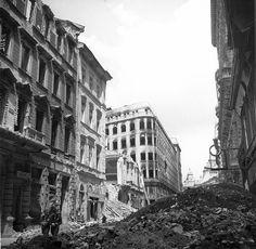 Szívszorító képeken a lerombolt Budapest Old Pictures, Old Photos, Budapest Hungary, Historical Photos, Bali, The Past, Street View, History, Vintage
