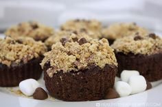 S'more Brownie Cupcakes - These delicious cupcakes combine the three s'more ingredients into a delicious, low-calorie, Weight Watcher-friendly dessert at just 5 Smart Points each! Brownie Cupcakes, Yummy Cupcakes, Low Calorie Snacks, Healthy Snacks, Healthy Recipes, Recipe Builder, Marshmallow Creme, Unsweetened Applesauce, My Dessert