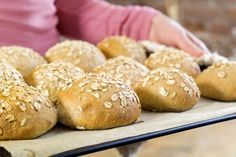 Dette lager du til morsdagen! Hamburger, Food And Drink, Baking, Bread Making, Patisserie, Hamburgers, Backen, Sweets, Roast