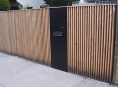 Screening fence with integrated letter box Front Gates, Front Fence, Fence Gate, Fences, Wood Fence Design, Modern Fence Design, House Gate Design, Door Gate Design, House Cladding
