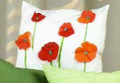 Coussins fleuris en patchwork Aussi spectaculaires que simple à réaliser, ces jolies fleurs en relief font entrer un brin de nature dans la déco. Une réalisation à découvrir en vidéo, sur Prima.frJe crée des coussins fleuris en patchwork