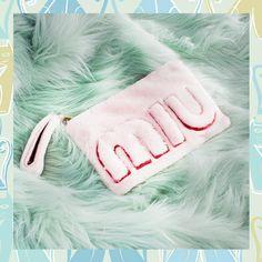 いいね!27.2千件、コメント108件 ― Miu Miuさん(@miumiu)のInstagramアカウント: 「Fall calls for cuddles: the plushy Miu Miu shearling clutch with maxi logo is the perfect replay.…」