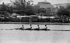 """LAGOA  A foto é dos anos 60 e mostra um """"quatro sem"""" na raia da Lagoa, com os barracos da Praia do Pinto ao fundo.  A favela foi removida e a Lagoa, nos últimos anos deu uma melhorada, com o retorno da fauna e a reconstituição de parte da flora no seu entorno."""