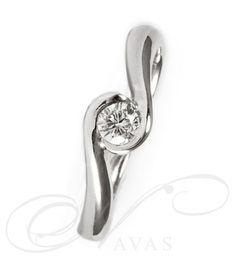 El solitario OSIRIS es un anillo con un hermoso diseño y la excepcional calidad del oro de 18 quilates y los diamantes seleccionados. Es una joya perfecta para sorprender con un regalo de cumpleaños o aniversario, al igual que será un acierto si buscamos un anillo de compromiso diferente y original.