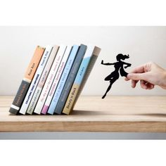 A female superhero character seems to hold your books preventing them from falling. The perfect gift for superheroes fans, women and feminists of both sexes. Made of metal, painted black.