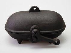 Stock disponible de la marmite de cuisson de pommes de terre. Une façon simple et économique pour faire cuire les pommes de terre à l'aide de la chaleur de votre combustion de poêle à bois. Fabriqué à partir de fonte, avec un design unique, il est simplement placé sur le dessus du poêle à bois pour la cuisson. Pour plus d'informations ou pour acheter s'il vous plaît  envoyez un courriel sur poelesaboisburley@gmail.com