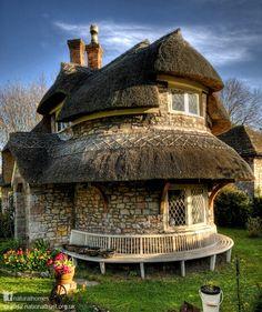 Le cottage au toit circulaire de chaume dans le hameau de Blaise, en Angleterre