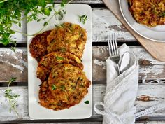 Kesäkurpitsapihvit — Peggyn pieni punainen keittio Tandoori Chicken, Cheddar, Feta, Ethnic Recipes, Cheddar Cheese