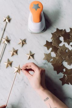 DIY star toppers or stir sticks perfect for a New Years partyNot the cake topper part, but this might work for the confetti on the tables Star Wars Party, Star Theme Party, Ramadan Decorations, Star Decorations, Christmas Decorations, 3d Paper Star, Paper Stars, Star Diy, 3d Star