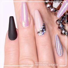 """#glitter #trendstyle #trend #style #pearls #nailart Glitter, Schimmer, soft, kräftig, matt und glänzend? Bei diesen Nails fügt sich alles zu einem harmonischen Ganzen zusammen. Da setzt die Perlenverzierung dem Ganzen noch die elegante Krone  auf! Was haltet Ihr von dem Trend """"Glasperlen""""?"""