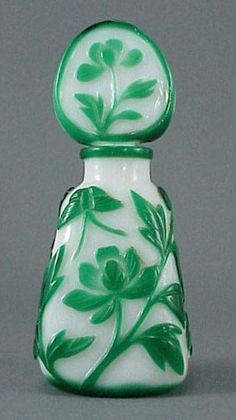 Tendance parfums  298: Chinese Cameo Glass Green Butterfly Perfume Bottle : Lot 298