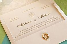 Convite chique com lacre de cera e uma elegante composição tipográfica.