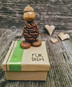 Es gibt grosse Wünsche die in eine kleine Geschenkbox passen. 6 cm lang, 6 cm breit und  3.5 cm tief. sFr. 22.- Place Cards, Place Card Holders, Godchild, Natural Materials, Stocking Stuffers, Gift Cards, Valentines Day, Invitations, Birthday