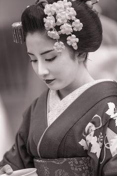 geisha-kai: March maiko Yukiha of Gion Kobu by Gaap on Photohito Japanese Geisha, Japanese Beauty, Japanese Kimono, Japanese Lady, Geisha Tattoo Design, Japonese Girl, Geisha Art, Memoirs Of A Geisha, Art Asiatique