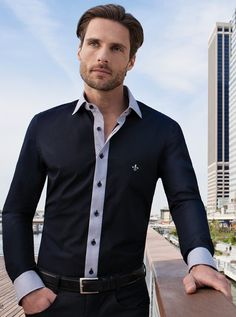 """As Casuais ou slim fit são ideais para usar em ambientes com pouca formalidade. Elas mostram muito o estilo e o desing da """"nova geração de camisas"""". Podem ser usadas para um bar, a noite  ou até mesmo num happy hour. Como elas são bastante estilizadas não recomendo que as use com terno e gravata, no máximo com um blazer de veludo, um blazer mais casual."""