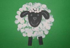 Aj z obyčajných odtlačkov prstov sa dá vyčarovať krásna ovečka, ktorá rozveselí vaše jarné dni doma či v škôlke.