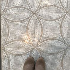 We discovered this beauty of a #mosaic #tile #floor at @missionstonetile in our home city #nashville #tennessee / #tiletuesday #tileaddiction #tilelove #instadecor #tiles #tiled #tiling #tilework #interior #interiors #interiordesign #interiordesigner #interiorinspiration #idcdesigners #ihavethisthingwithfloors #flooring  #ihavethisthingwithtiles #amazingfloorsandwanderingfeet #mosaics #selfeet by tiletuesday