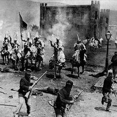 """Un día como hoy, hace 101 años, el 8 de febrero de 1915, la controvertida película americana sobre la guerra civil """"El Nacimiento de una Nación"""" se estrena en Estados Unidos. Considerada como el primer éxito de taquilla, la película era abiertamente racista, con actores blancos realizando papeles sexualmente agresivos, hombres negros despectivamente tratados y un Ku Klux Klan mostrado como grupo heroico. Se convirtió en el primer éxito financiero de la historia del cine. #hechos #racismo…"""