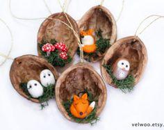 Wald-Tier-Weihnachtsschmuck, Walnuss Shell Ornament, handgefertigten Schmuck, Geschenk der Natur, Wald Ornament,  Perfekte Geschenk für alle tierischen Spaß!  Sie erhalten eine Reihe von 3 Ornamente. Die ungefähre Größe der jedes Ornament ist 4cm. Die Walnüsse haben unterschiedliche Größen, weil sie natürlich sind.  Weitere ORNAMENTE: https://www.etsy.com/shop/Velwoo?section_id=16913364&ref=shopsection_leftnav_1  Weitere Pilz-Elemente…