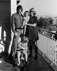 Johan Cruyff ,su mujer Danny Coster (embarazada de Jordi) y sus hijas Chantal y Susila.