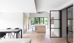 Lichte houten keuken met spoeleiland | wit aanrechtblad | bargedeelte | stalen ramen & deuren | afsluitbare nis in kastenwand | Juma Architects Project K home
