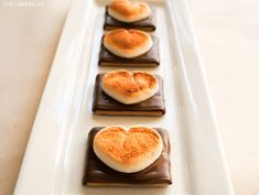 Creating fun Valentine treats for your kids shouldn't take hours of work. These 22 Easy Valentine snacks that are perfect for lunches, classroom parties. My Funny Valentine, Valentines Day Treats, Cute Food, Yummy Food, Great Recipes, Favorite Recipes, Cake Blog, Dessert Recipes, Desserts