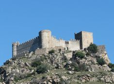 Magnífico es el Castillo de Burguillos del Cerro. Este pueblo perteneció al Bayliato de Jerez de los Caballeros.  Son tierras de Monjes Templarios.