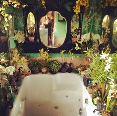 """""""let's take a moment to appreciate my boyfriends house and this magical room I can't even"""" Plants. Plants everywhere. Estilo Kitsch, Bathroom Plants, Boho Bathroom, Jungle Bathroom, Nature Bathroom, Garden Bathroom, Bathroom Green, Bathroom Mirrors, Small Bathroom"""